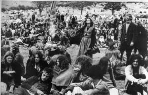 1970年代のヒッピー文化http://cdn4.coresites.mpora.com/cooler_new/wp-content/uploads/2013/07/Glastonbury-Festival-70s-5-620x400.jpg