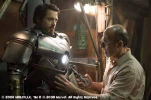 映画「アイアン・マン(2007」のワンシーン。 トニー・スパークは、テロリストたちから逃げるためにマーク1を制作した http://www.kzone.com.ph/images/mark1.jpg
