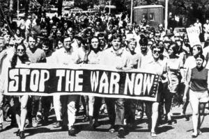 反戦運動を行っているアメリカ市民http://today.uconn.edu/wp-content/uploads/2012/07/FSU_protest_Tallahassee_rc01458.jpg